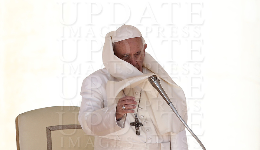 Il vento muove la pellegrina di Papa Francesco mentre tiene l'udienza generale del mercoledi' in Piazza San Pietro, Citta' del Vaticano, 26 settembre 2018.<br /> The wind catches Pope Francis' pellegrina as he leads his weekly general audience in St. Peter's Square at the Vatican, on September 26, 2018.<br /> UPDATE IMAGES PRESS/Isabella Bonotto<br /> <br /> STRICTLY ONLY FOR EDITORIAL USE