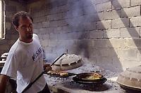 Europe/Croatie/Dalmatie/ Ile de Vis/ Vis: Chez Oliver Roki Dolmaine  Roki's - cuisson traditionnelle   à la peka (ustensile de  cuisine)