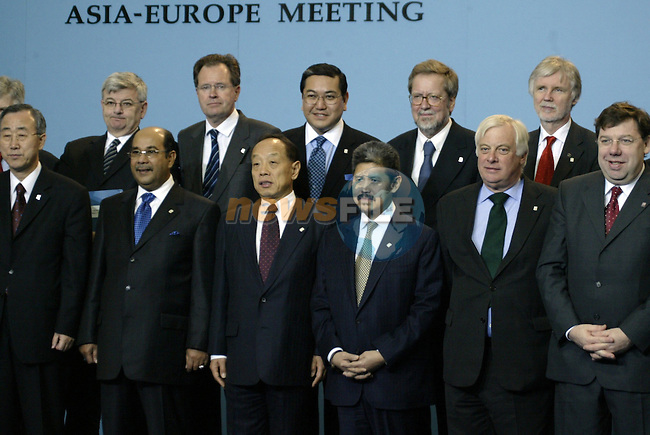 Asia  and EU Foreign ministers,pose for  the  family picture of the 6th ASEM Foreign ministers'meeting in Straffan (Ireland) 17april 2004. AFP PHOTO GERARD CERLES