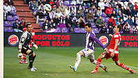 Real Valladolid´s Guerra (r) tries to score a goal in front of Sevilla´s goalkeeper Palop (l) during La Liga match. March 28, 2010. (ALTERPHOTOS/Víctor J Blanco)
