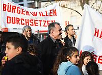 Demonstration der Anwohner und Sympathisanten vom Bahnhof Kelsterbach zum Rathaus für den Erhalt des Kiosk von Mehmet Karaüzüm (M) - 21.02.2019: Demonstration für den Erhalt des Kiosk an der Niederhölle in Kelsterbach