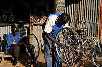 KENYA Turkana Region, UNHCR refugee camp Kakuma, where permanent 80.000 refugees from Somalia, Ethiopia, South Sudan are living, bicycle workshop / KENIA UNHCR Fluechtlingslager Kakuma in der Turkana Region , hier leben ca. 80.000 Fluechtlinge aus Somalia Sudan Aethiopien, Fahrrad Werkstatt