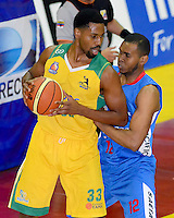 BOGOTÁ -COLOMBIA. 07-06-2014. Hunter Randall (Izq) de Cimarrones del Chocó disputa el balón con Emiro Romero (Der) de Guerreros de Bogotá durante el cuarto partido por los playoffs finales de la  Liga DirecTV de Baloncesto 2014-I de Colombia realizado en el coliseo El Salitre de Bogotá./ Hunter Randall (L) of Cimarrones del Choco fights for the ball with Emiro Romero (R) of Guerreros de Bogota during the 4th game for the playoffs finals of the DirecTV Basketball League 2014-I in Colombia played at El Salitre coliseum in Bogota. Photo: VizzorImage/ Gabriel Aponte / Staff