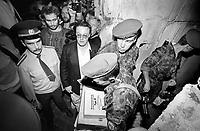 """LETTLAND, 21.08.1991.Riga.Waehrend des Anti-Gorbatschow-Putsches versuchen sowjetische Truppen, die Kontrolle ?ber Riga zu erhalten, mit dem Scheitern des Putsches gewinnt Lettland endgueltig seine Unabhaengigkeit. Ð Die sowjetischen Fallschirmjaeger verlassen das von ihnen besetzte Rundfunkgebaeude am Domplatz. Polizei schuetzt sie vor der zornigen Menschenmenge. Mit sich fuehren sie Kampfrationen der deutschen Bundeswehr, die die BRD im Rahmen der Winterhilfe fuer hungernde Omas zuvor geliefert hatte. Das Radiogebaeude bleibt verwuestet und gepluendert zurueck..During the anti-Gorbachev-coup Soviet troops try to obtain control of Riga. With the failure of the coup Latvia finally regains its independence. - Soviet paratroopers abandoning the public radio central, protected from the angry crowds by Latvian policemen. They carry NATO combat rations originally supplied by the German government as naive """"winter help"""" for Russia's poor. The radio central is left devestated and looted..© Martin Fejer/EST&OST"""