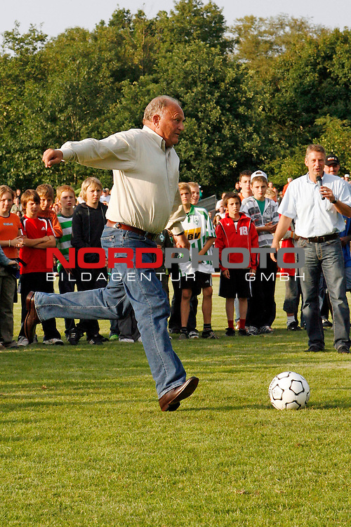 1. FBL 08/09 Test - TSV Ottersberg vs. SV Werder Bremen in Ottersberg am 11.07.2008<br /> <br /> Freundschaftsspiel - Friendlymatch<br /> <br /> JŁrgen L. Born (Gesch&scaron;ftsfŁhrung Finanzen und &divide;ffentlichkeitsarbeit Werder Bremen) schiesst in der Halbzeitpause einen Elfmeter (11-Meter).<br /> <br /> Foto &copy; nph (  nordphoto  ) *** Local Caption ***