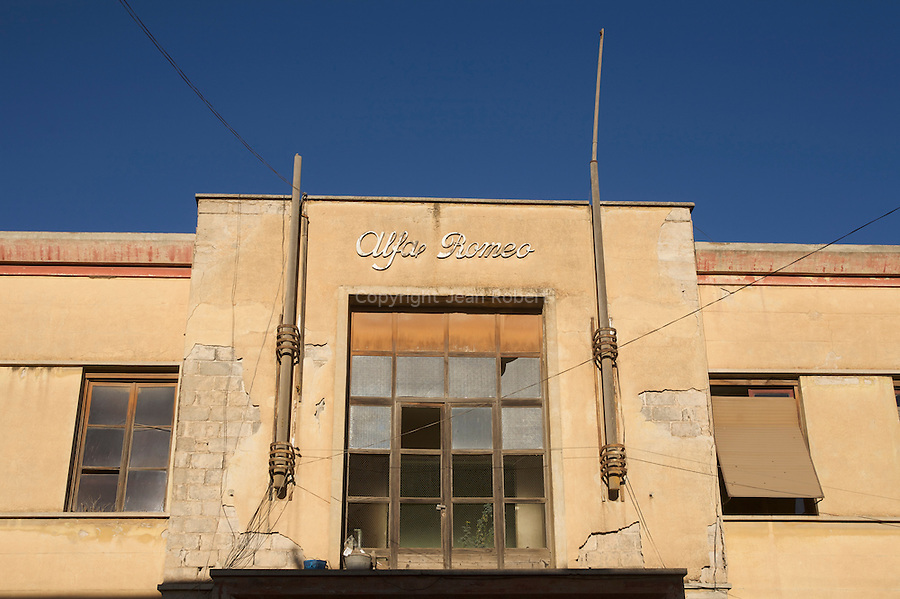 De nombreuses societes italiennes ont relocalise leurs bureaux et usines en Erythree apres la defaite d Ethiopie en 1930. Alfa Romeo a construit son siege et son usine a Asmara  en 1938..Many italian firms moved offices and facilities to erithrea after the defeat in Ethiopia in 1930. Alfa romeo built its head office ans workers cottage in 1938. One of the most distinctive doorway in Asmara