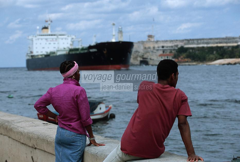Cuba/La Havane: Sur le Malecon, cargo arrivant au port