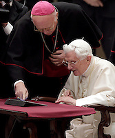 "Papa Benedetto XVI lancia il suo primo ""tweet"" su Twitter durante l'udienza settimanale del mercoledi' in Aula Paolo VI, Citta' del Vaticano, 12 dicembre 2012..Pope Benedict XVI uses a tablet pc to release his first ""tweet"" on the social network Twitter, during the weekly general audience in the Paul VI hall at the Vatican, 12 December 2012..UPDATE IMAGES PRESS/Riccardo De Luca"