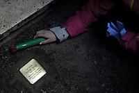 Roma, 16 Gennaio 2019<br /> Bambine e bambini della scuola Carlo Pisacane partecipano all'istallazione di una pietra d'inciampo in Via Grazioso Benincasa 28 davanti l'abitazione di Antonio Roazzi partigiano ucciso alle Fosse Ardeatine.<br /> Sampietrini rivestiti d'una placca d'ottone lucente incastonati a terra di fronte ai portoni di deportati e vittime del nazismo. L'idea è dell'artista tedesco Gunther Demnig nell'ambito del progetto «Memorie d'Inciampo a Roma» che prevede in vari Municipi il posizionamento di pietre , ciascuna dedicata ad un deportato per ragioni razziali, politiche e militari, di fronte alle loro abitazioni.