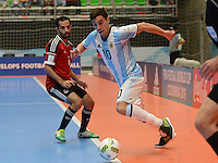 MEDELLIN - COLOMBIA- 25-09-2016: Constantino Vaporaki (Der) jugador de Argentina disputa el balón con Mostafa Nader (Izq) jugador de Egipto durante partido de cuartos de final de la Copa Mundial de Futsal de la FIFA Colombia 2016 jugado en el Coliseo Ivan de Bedout en Medellín, Colombia. /  Constantino Vaporaki (R) player of Argentina fights the ball with Mostafa Nader (L) player of Egypt during match of the quarter finals of the FIFA Futsal World Cup Colombia 2016 played at Ivan de Bedout coliseum in Medellin, Colombia. Photo: VizzorImage / Leon Monsalve /