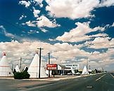 USA, Arizona, Holbrook, road passing the Wigwam Motel