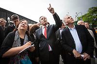 Berlin, Regierender Bürgermeister Klaus Wowereit (SPD, m.) am Freitag (31.05.13) in Berlin während Kiezrundgang in der City-West. Foto: Maja Hitij/CommonLens