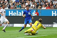 Mario Gomez (VfL Wolfsburg) scheitert an Torwart Lukas Hradecky (Eintracht Frankfurt) - 26.08.2017: Eintracht Frankfurt vs. VfL Wolfsburg, Commerzbank Arena, 2. Spieltag Bundesliga