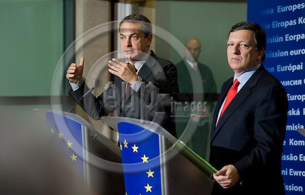 Brussels-Belgium - April 29, 2009 -- Jose (José) Manuel BARROSO (ri), President of the European Commission,  receives José Luis Rodríguez ZAPATERO (le)(Jose, Rodriguez), Prime Minister of Spain -- Photo: Horst Wagner / eup-images