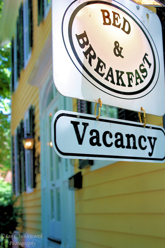 A bed and breakfast in Niagara on the Lake displays a vacancy sign out front