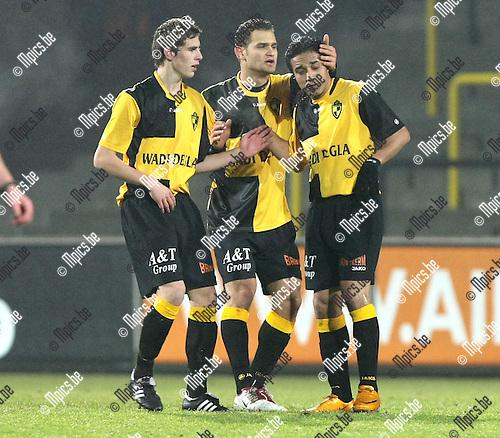 2010-01-16 / Voetbal / seizoen 2009-2010 / Lierse SK - OH Leuven / Wils en Camacho troosten Mohamed Abdelwahed..Foto: mpics