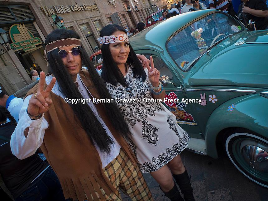 Quer&eacute;taro, Qro. 09 de Febrero de 2014.- Una gran colecci&oacute;n de autos antiguos, del club de la ciudad, se present&oacute; este domingo en las inmediaciones del jard&iacute;n Zenea. Con gran admiraci&oacute;n y gusto, los turistas y propios del estado admiraron los veh&iacute;culos antiguos de diferentes marcas y modelos.<br /> <br /> <br /> Foto: Demian Ch&aacute;vez / Obture Press Agency.