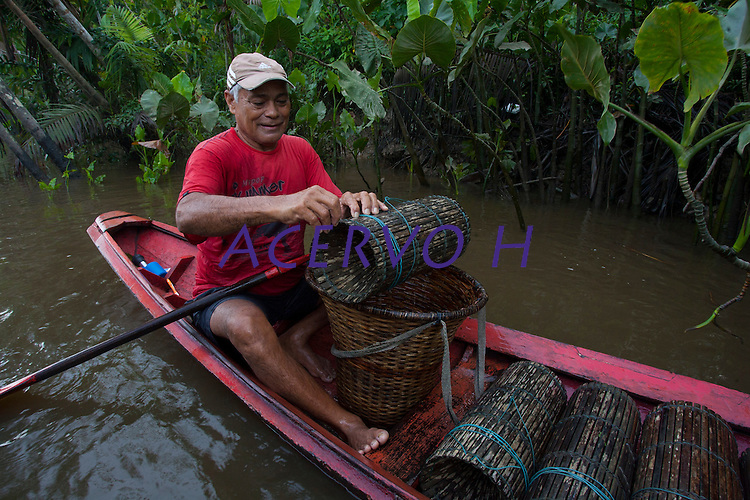 Pescador JosÈ Maria da Silve, 62 anos, casado 5 filhos mostra os poucos camarıes que consegue pegar com o matapi(armadilha para camarıes) <br /> Rio Aur·.<br /> BelÈm, Par·, Brasil<br /> Foto Paulo Santos<br /> 19/03/2013