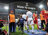 FUSSBALL   CHAMPIONS LEAGUE  VIERTELFINAL RUECKSPIEL   2011/2012      FC Bayern Muenchen - Olympic Marseille          03.04.2012 Jeremy Morel (li, Olympique Marseille) mit Toni Kroos (FC Bayern Muenchen) gehen in die Allianz Arena