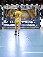 EHF Champions League Handball Damen / Frauen / Women - HC Leipzig HCL : SD Itxako Estella (spain) - Arena Leipzig - Gruppenphase Champions League - im Bild: Nachdenklich - Ania Rösler geht einsam zum Tor. Foto: Norman Rembarz .