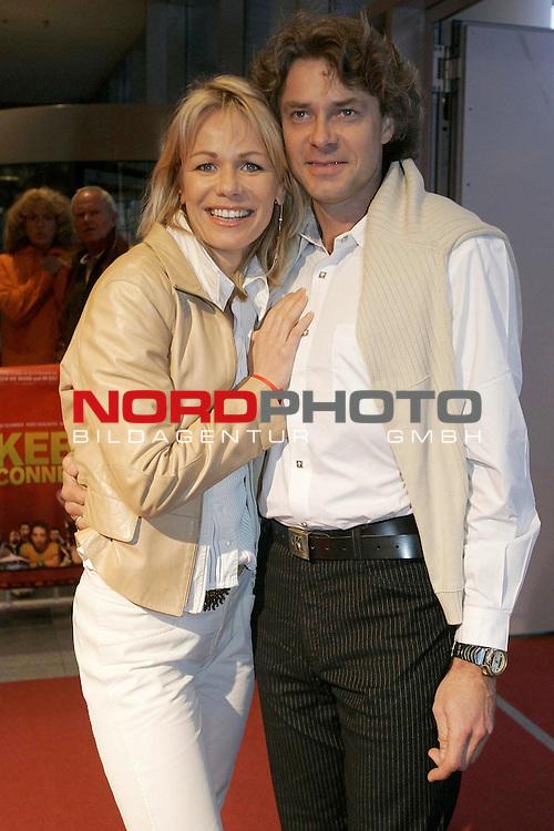 Deutschlandpremiere &quot;Kebab Connection&quot; im UCI-Kino Ottmarschen Hamburg Kinostart 21.April<br /> <br /> Claudine Wilde mit Mann<br /> <br /> Foto &copy; nordphoto / Anja Heinemann<br /> <br />  *** Local Caption *** Foto ist honorarpflichtig! zzgl. gesetzl. MwSt.<br />  Belegexemplar erforderlich<br /> Adresse: nordphoto<br /> Georg-Reinke-Strasse 1<br /> 49377 Vechta