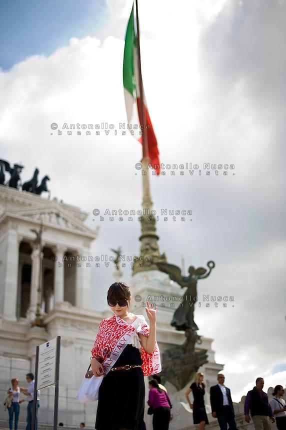 Rome continue to be one of the most visited city in the world..Roma continua ad essere una delle città più visitata al mondo.A japanese tourist at the Vittoriano monument.Una turista giapponese in visita al Vittoriano