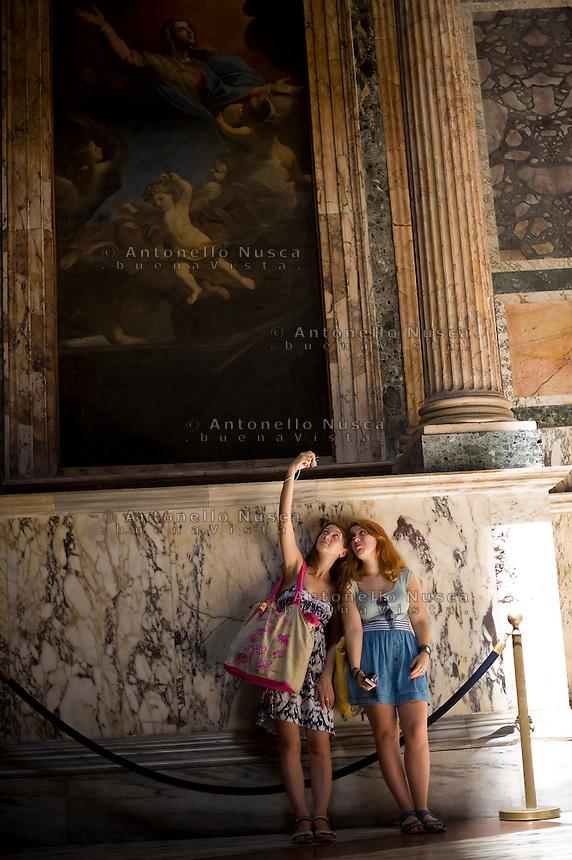 Rome continue to be one of the most visited city in the world..Roma continua ad essere una delle città più visitata al mondo.Tourists at the Pantheon