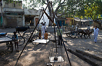 INDIA, Madhya Pradesh, Nimad region, Khargone , village market to weigh crops like cotton / INDIEN, Madhya Pradesh, Khargone, Dorf Markt mit Waage zum Ankauf landwirtschaftlicher Produkte