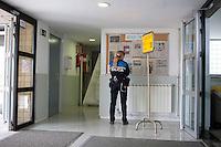 Spagna Barcellona  Elezioni all'assemblea catalana 25 Novembre 2012 Un seggio elettorale nella cittadina di  Gelida (Barcellona) poliziotto osserva le liste