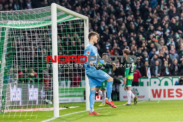10.02.2019, Weserstadion, Bremen, GER, 1.FBL, Werder Bremen vs FC Augsburg<br /> <br /> DFL REGULATIONS PROHIBIT ANY USE OF PHOTOGRAPHS AS IMAGE SEQUENCES AND/OR QUASI-VIDEO.<br /> <br /> im Bild / picture shows<br /> Gregor Kobel (FC Augsburg #40) bedient nach 4:0, im Hintergrund bejubelt Torschütze Kevin Möhwald / Moehwald (Werder Bremen #06) seinen Treffer zum 4:0, <br /> <br /> Foto © nordphoto / Ewert