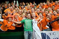 20-9-08, Netherlands, Apeldoorn, Tennis, Daviscup NL-Zuid Korea, Dutch ex daviscup player Raemon Sluiter poses with Dutch supporters