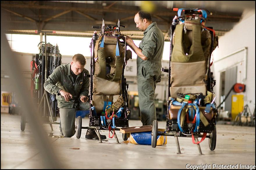 -2008- Salon de Provence- Patrouille de France, entretien des sièges éjectables.