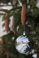 Europe/France/Rhône-Alpes/74/Haute-Savoie/Megève:  détail du sapin de Noël décoré par Swarovski  sur la la place de l'église - en reflet la place de l'église
