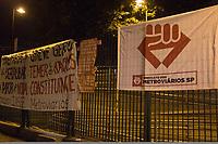 """SÃO PAULO, SP, 28.04.2017- GREVE-SP- Movimentação na estação do Jabaquara do metro na zona sul de São Paulo (SP), que amanheceu fechada nesta sexta-feira (28), durante paralisação dos metroviários que aderiram movimento nacional intitulada """"Greve Geral"""" contra a reforma da Previdência e reforma trabalhista. (Foto: Danilo Fernandes/Brazil Photo Press)"""