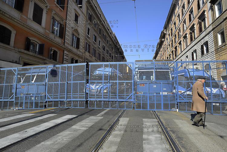 Roma, 28 Febbraio 2015<br /> Manifestazione dei movimenti romani contro la lega e casa Pound che maniofestano a Piazza del Popolo.<br /> Nella foto le reti metalliche della polizia a blindare via Napoleone III dove ha sede CasaPound.
