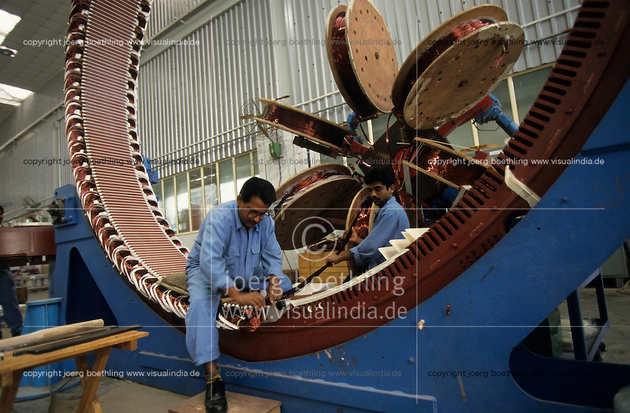 INDIA Daman , wind turbine producer Enercon India Ltd., assembly of generator / INDIEN Daman , Produktion von Windturbinen in Fabrikhalle des deutsch indischen Joint Venture Enercon India Ltd., Fertigung der Generatoren - MORE IMAGES ON THIS SUBJECT AVAILABLE!!