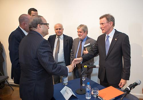 El embajador dominicano en EEUU, José Tomás Pérez, saluda a Roberto Álvarez.