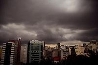 ATENCAO EDITOR: FOTO EMBARGADA PARA VEICULOS INTERNACIONAIS. SAO PAULO, SP, 25 SETEMBRO DE 2012 - Nuvens escuras cobrem o ceu do centro da cidade, esta tarde de terca-feira,25. Ha previsao de chuvas e a temperatura deve baixar na capital, ocilando entre 16 e 26 graus. RICARDO LOU - BRAZIL PHOTO PRESS
