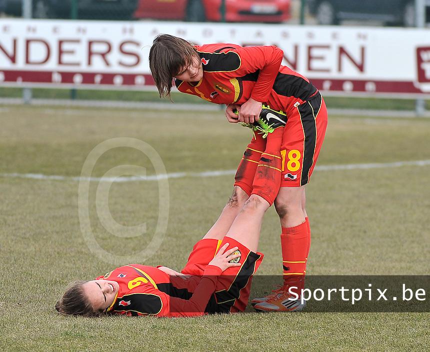 Belgie U17 - Duitsland U17 : Amber Maximus met krampen met Lotte Aertsen.foto DAVID CATRY / Vrouwenteam.be