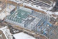 4415/Snow Dome: EUROPA, DEUTSCHLAND, NIEDERSACHSEN  22.03.2006  Skipiste in der Halle,  Snow Dome in Bispingen, Eroeffung Oktober 2006,  300 m langen Piste in der ersten norddeutschen Wintersportarena   Der Indoor-Berg hat ein Gefaelle zwischen 9 und 20 Prozent und erhaelt dank Pistenraupe eine ebene Bahn, Baustelle, Stahlkonstruktion, freitagenede Halle ohne Stuetzen,  Luftbild, Luftansicht. . .Das Besondere an der Halle ist auch die Tatsache, dass auf der gesamten Abfahrtsfläche keine Stützen stehen. So lässt es sich komfortabel Ski fahren, denn weder für den Lift noch für die Halle werden dank der Konstruktion Stützen benötigt. Die Stahl-Glas-Konstruktion ist insgesamt 45 m hoch. Auf die Piste gelangt man direkt von den Umkleideräumen im Untergeschoss des Hauptgebäudes..  . . Zusätzlich zum Skivergnügen bietet die Schneesporthalle vor den Toren Hamburgs weitere Attraktionen. So befindet sich im Erdgeschoss ein Gastronomiebereich, in dem sich nicht nur die großen und kleinen Wintersportler vor und nach dem Skispaß stärken können. Von hier aus kann man dem Treiben auf der Piste zusehen. Im Obergeschoss runden Räume für Fitness und Wellness die Schneesporthalle, die ganzjährig geöffnet ist, ab. Damit wird Bispingen zum Sölden des Nordens.. . . . .