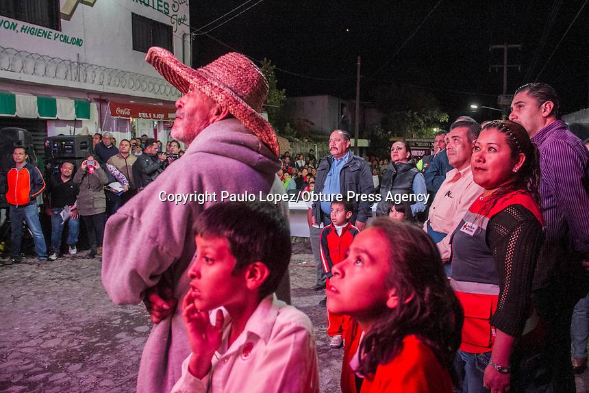 SAN JUAN DEL RIO.,26 DE ENERO DEL 2017.- SE LLEVA ACABO EL ANIVERSARIO DE LA EXPLOCION DE GAS DEL BARRIO DE LA CRUZ EN SAN JUAN DEL RIO,QRO. DONDE ESTUVIERON LOS DIFERENTES CUERPOS DE EMERGENCIA DEL MUNICIPIO, DONDE LA GENTE DEL BARRIO LES DIO EL RECONOCIMIENTO A LOS CUERPOS DE AUXILIO Y A LOS QUE TAMBIEN RECONOCIERON FUERON LOS 2 BOMBEROS Y LA OFICIAL QUE SALIERON LECIONADOS ESE DIA.