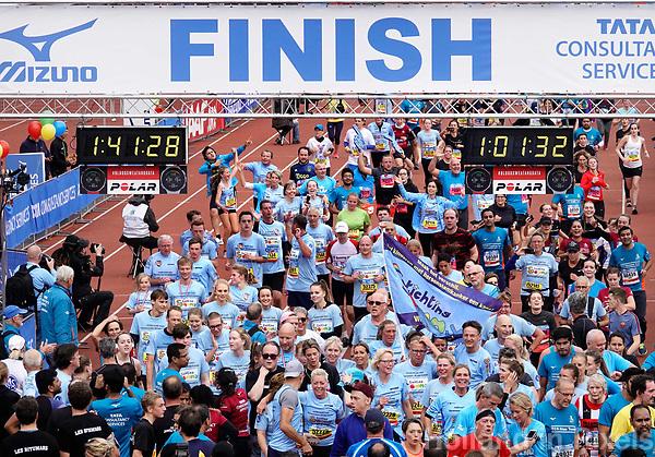 Nederland - Amsterdam - 2018 . De Marathon van Amsterdam. De lopers van Stichting Semmy gaan over de finish.   Foto Berlinda van Dam / Hollandse Hoogte