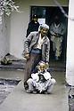 Turquie 1991.Les réfugiés kurdes sur la frontière: un vieil homme devant un dispensaire.Turkey 19991.Kurdish refugees on the border: an old man waiting in front an health center