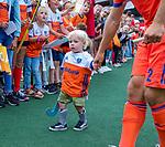 Den Bosch  - Jeroen Hertzberger (Ned) met zoon Hugo   deelt handtekeningen uit   na   de Pro League hockeywedstrijd heren, Nederland-Belgie (4-3).    COPYRIGHT KOEN SUYK