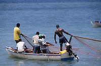 Europe/France/DOM/Antilles/Petites Antilles/Guadeloupe/Malendure : Pêcheurs ramenant leur filet