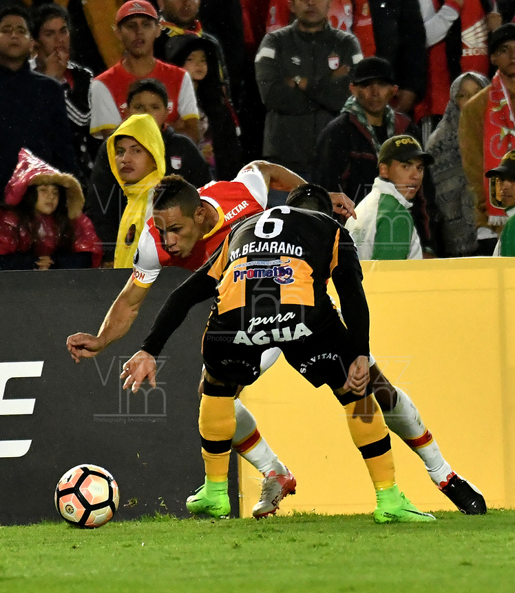 BOGOTA - COLOMBIA – 23 – 05 - 2017: Anderson Plata (Izq.) jugador de Independiente Santa Fe, disputa el balon con Marvin Bejarano (Der.) jugador de The Strongest, durante partido entre Independiente Santa Fe de Colombia y The Strongest de Bolivia, de la fase de grupos, grupo 2, fecha 6 por la Copa Conmebol Libertadores Bridgestone 2017, en el estadio Nemesio Camacho El Campin, de la ciudad de Bogota. / Anderson Plata (L) player of Independiente Santa Fe, fights for the ball with Marvin Bejarano (R) player of The Strongest during a match between Independiente Santa Fe of Colombia and The Strongest of Bolivia, of the group stage, group 2 of the date 6th, for the Conmebol Copa Libertadores Bridgestone 2017 at the Nemesio Camacho El Campin in Bogota city. VizzorImage / Luis Ramirez / Staff.