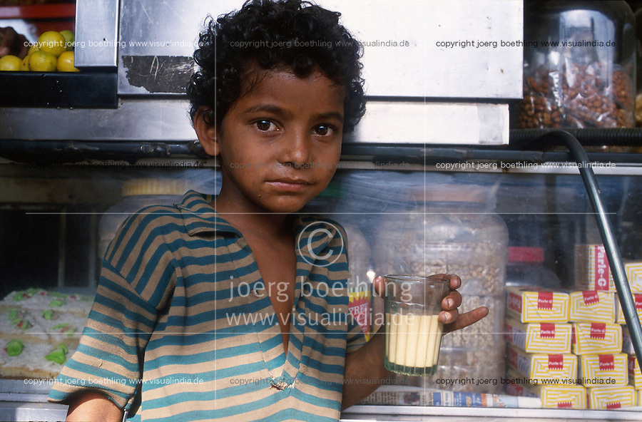 INDIA Mumbai Bombay, NGO Voice supports education for street children and railway children at platform of railway station Andheri, boy Akash drinks tea / INDIEN Schule der NGO Voice für Eisenbahnkinder und Straßenkinder auf dem Bahnsteig in Andheri, Junge Akash trinkt Tee