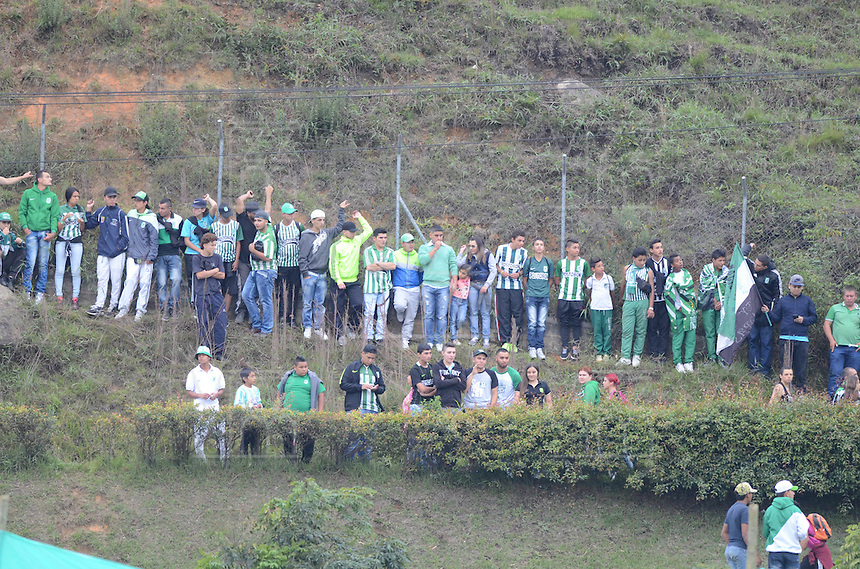 MEDELLÍN -COLOMBIA-01-06-2016. Hinchas del Nacional animan a su equipo durante partido de ida entre Rionegro Águilas y Atlético Nacional  por los cuartos de final de la Liga Águila I 2016 jugado en el estadio Alberto Grisales de la ciudad de Rionegro./ Fans of Nauional cheer for their team during the second leg match between Rionegro Aguilas  and Atletico Nacional  for the final quaters of the Aguila League I 2016 played at Alberto Grisales stadium in Rionegro city. Photo: VizzorImage/ León Monsalve /Str