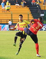 FLORIDABLANCA -COLOMBIA-29-03-2014. Juan Arboleda (Izq) de Alianza Petrolera disputa el balón con Luis Palacio (Der) de Inep. Medellin en partido por la fecha 13 de la Liga Postobón I 2014 jugado en el estadio Alvaro Gómez Hurtado de la ciudad de Floridablanca./ Alianza Petrolera player Juan Arboleda ( L) fights for the ball with Inep. Medellin player Luis Palacio ( R) during match valid for the 13th date of the Postobon League I 2014 played at Alvaro Gómez Hurtado stadium in Floridablanca city.  Photo: VizzorImage/Duncan Bustmante/STR