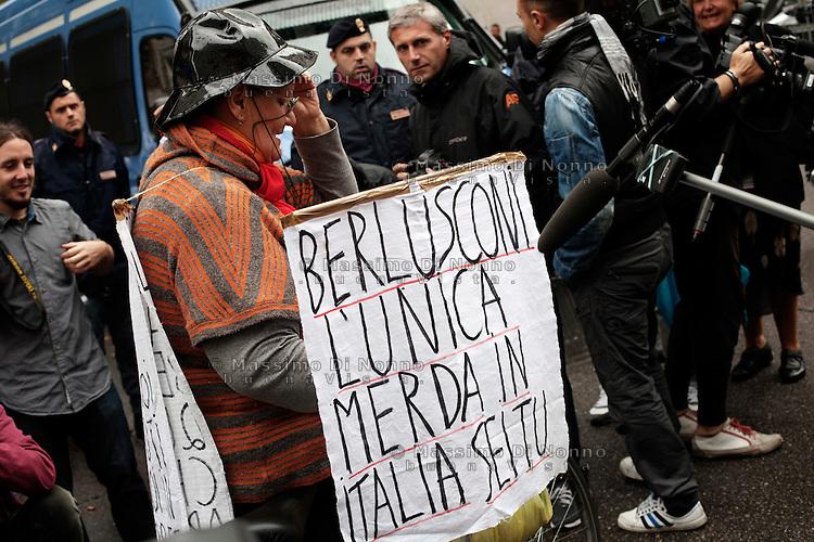 Milano: una signora davanti al tribunale di Milano durante l'udienza per il processo Mills, espone un cartello contro Berlusconi